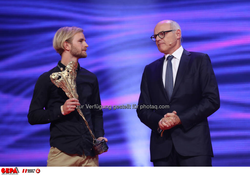 Peter Hackmair (Play together now) and president Karl Stoss (OEOC) Photo: GEPA pictures/ Christian Walgram (28.10.2016)