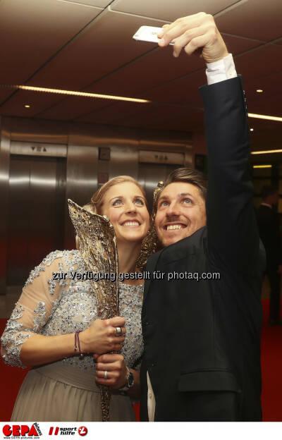 Eva-Maria Brem and Marcel Hirscher, selfie Photo: GEPA pictures/ Hans Oberlaender (28.10.2016)