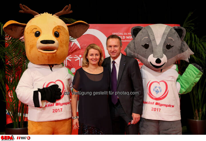 Anton Pfeffer with his wife and the mascots Luis and Lara Photo: GEPA pictures/ Christian Walgram