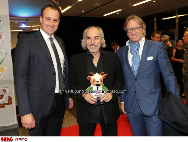 Florian Gosch (OEOC), president Peter Kleinmann (OEVV) and a guest Photo: GEPA pictures/ Walter Luger
