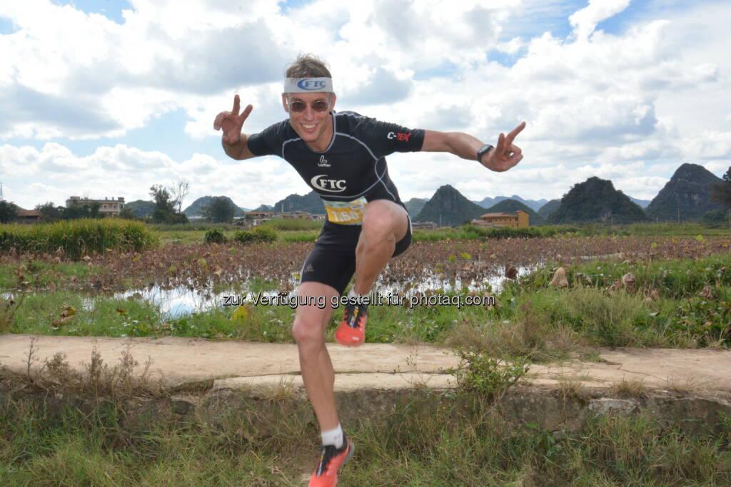 """Rolf Majcen(FTC-Jurist) feiert Treppenlauf-Sieg am 29. Oktober im südchinesischen Yunnan im Rahmen des """"Puzhehei Running Ultra 2016"""" beim 12 Kilometer Lauf über den """"blaugrünen Drachenberg"""" mit seinen 1600 Stufen : Fotocredit: Rolf Majcen (30.10.2016)"""