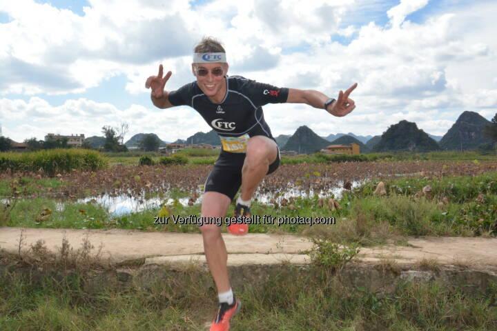 """Rolf Majcen(FTC-Jurist) feiert Treppenlauf-Sieg am 29. Oktober im südchinesischen Yunnan im Rahmen des """"Puzhehei Running Ultra 2016"""" beim 12 Kilometer Lauf über den """"blaugrünen Drachenberg"""" mit seinen 1600 Stufen : Fotocredit: Rolf Majcen"""