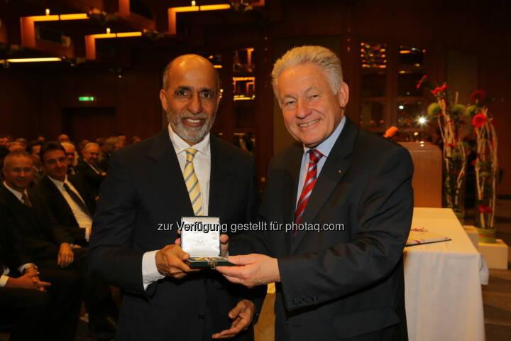 Yousef Omair Bin Yousef, dem ehemaligen Generaldirektor der Abu Dhabi National Oil Company (ADNOC) und ehemaligen Ölminister der Vereinigten Arabischen Emirate (VAE) wurde in einem feierlichen Festakt der Ehrensenator der Johannes Kepler Universität (JKU) Linz und das Goldene Ehrenzeichen des Landes Oberösterreich verliehen. Er wurde damit für seine hervorragenden Verdienste um die Förderung der Kunststofftechnik an der JKU und im Land Oberösterreich ausgezeichnet. Es gratulierte Landeshauptmann Josef Pühringer (c) JKU Linz