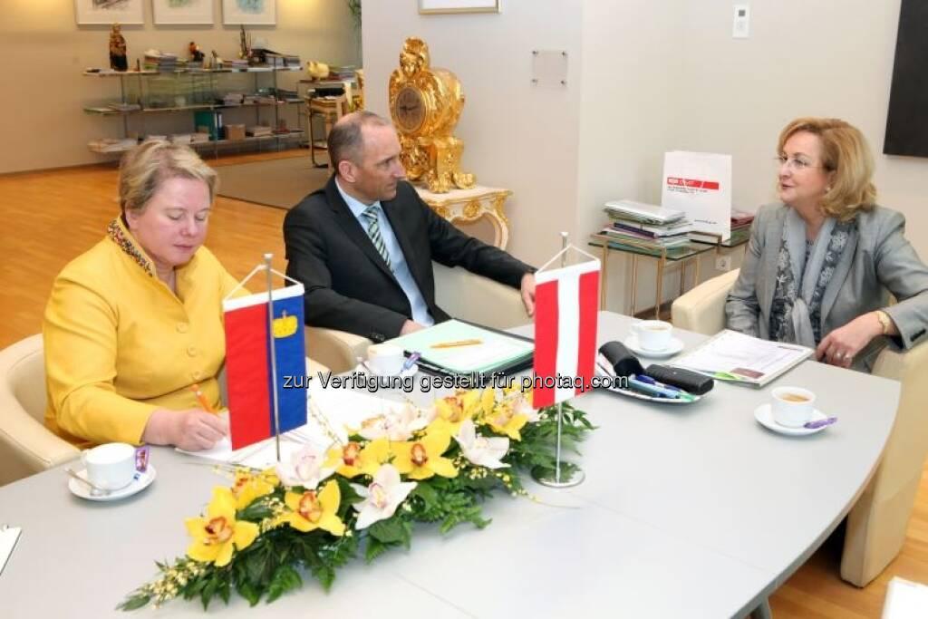Maria Fekter mit Regierungschef Adrian Hasler (Liechtenstein) und Botschafterin Maria-Pia Kothbauer (Prinzessin von und zu Liechtenstein) , © BMF (02.05.2013)