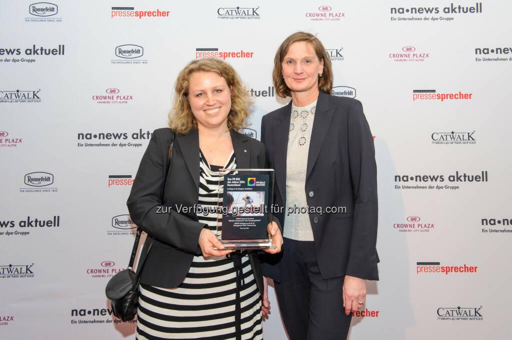 Die Siegerinnen des PR-Bild Awards 2016: Vanessa Jung, Leiterin Unternehmenskommunikation, bei Mewa Textil-Service und Bonni Narjes von der Agentur 'Medien Contor, © news aktuell (04.11.2016)