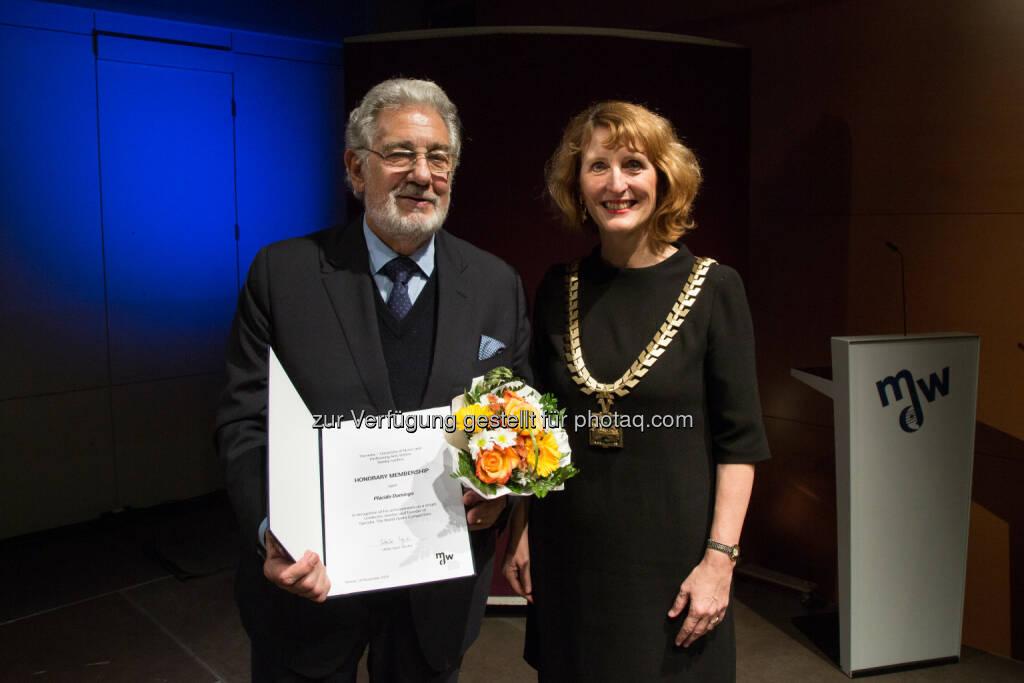 Plácido Domingo und Rektorin Ulrike Sych: Universität für Musik und darstellende Kunst Wien: Verleihung der Ehrenmitgliedschaft an Plácido Domingo (C) mdw (15.11.2016)