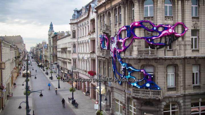 """""""Hyperbolic"""" – So lautet der Titel der dreidimensionalen Installation, die die US-Künstlerin Crystal Wagner an der Fassade eines Jugendstilgebäudes umgesetzt hat. - Uniqa Insurance Group AG: """"Uniqa Art Lodz"""" verwandelt polnische Großstadt in eine öffentliche Kunstgalerie (Bild: Uniqa Polen)"""