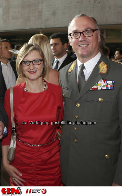 Militaerkommandant Heinz Zoellner mit Gattin, Foto: GEPA pictures/ Markus Oberlaender (08.05.2013)