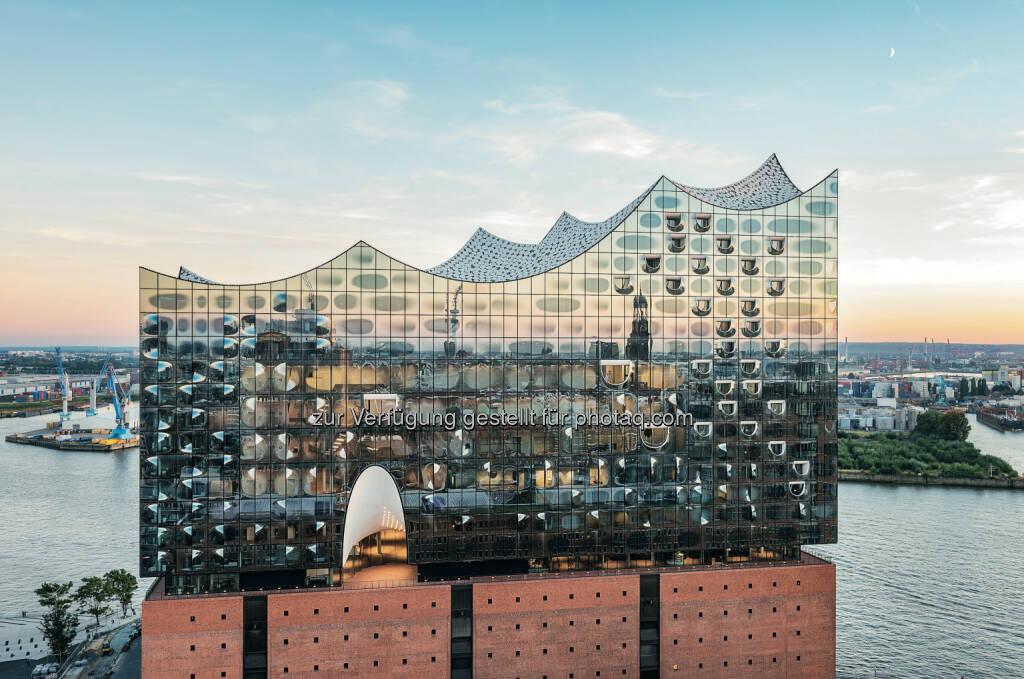 Zumtobel: m 11. Januar 2017 wird die Elbphilharmonie eröffnet. Zumtobel, eine Marke der Zumtobel Group, hat verschiedene Beleuchtungslösungen im Inneren des neuen Hamburger Wahrzeichens realisiert (10.01.2017)