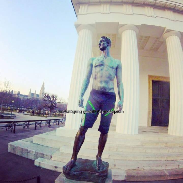 Theseus Tempel, Wien, Statue
