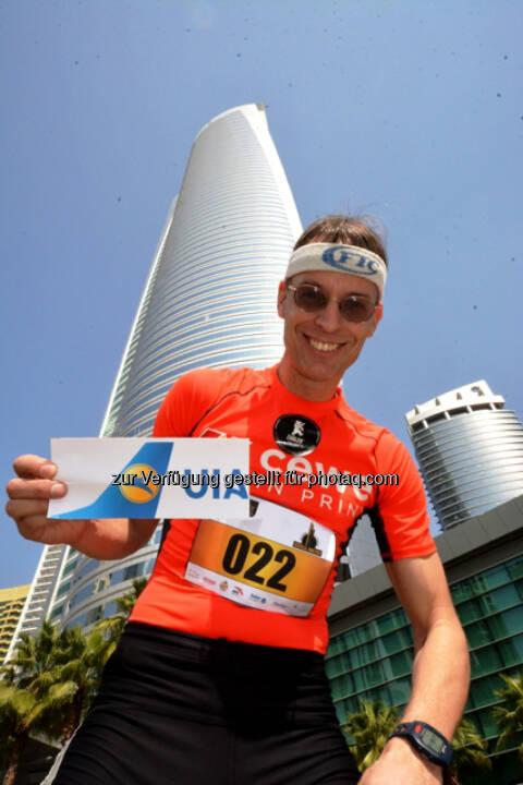 Rolf Majcen vor dem Almas Tower in Dubai