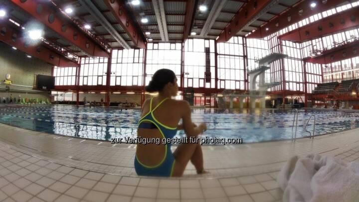 Monika Kalbacher, schwimmen, Schwimmbad, Rücken, Ausblick, nachdenklich