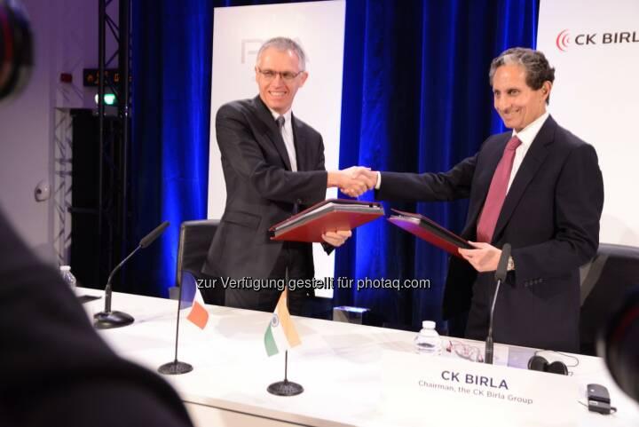 Carlos Tavares, CEO Groupe PSA, (links) und CK Birla, Vorstandsvorsitzender der CK Birla Group: Peugeot Austria GmbH: Groupe PSA und die indische CK Birla Group unterzeichnen Joint Venture Verträge (C) Groupe PSA