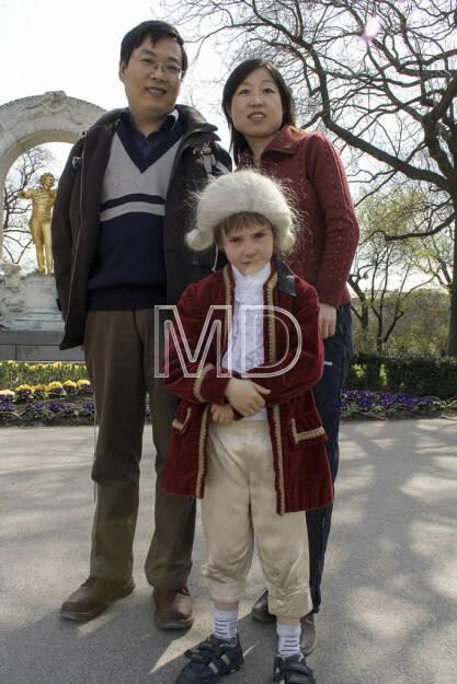 Mozart mit Touristen beim Johann Strauss Denkmal, © Martina Draper (10.05.2013)