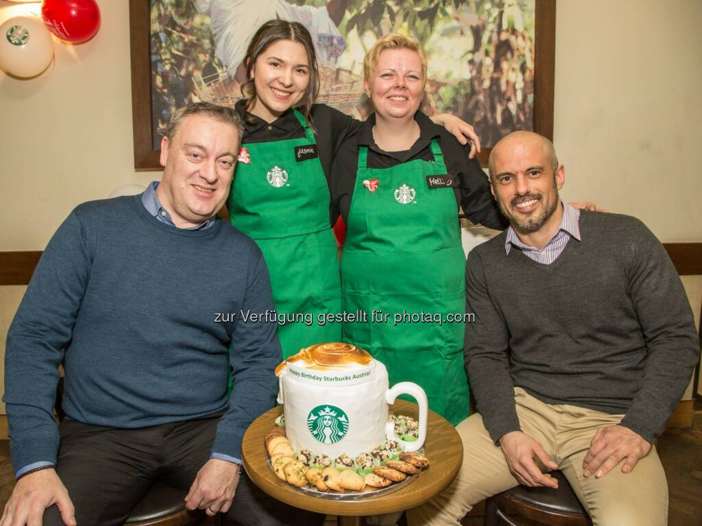Andrew Simmonds (operations director CH, AT und NL), die beiden Starbucks Partner Jasmin und Melli, Alexandros Angelopoulos (Starbucks District Manager) - Starbucks Coffee Austria GmbH: Starbucks feiert 15 Jahre Österreich (Fotocredit: Starbucks/APA-Fotoservice/Juhasz), © Aussendung (02.02.2017)