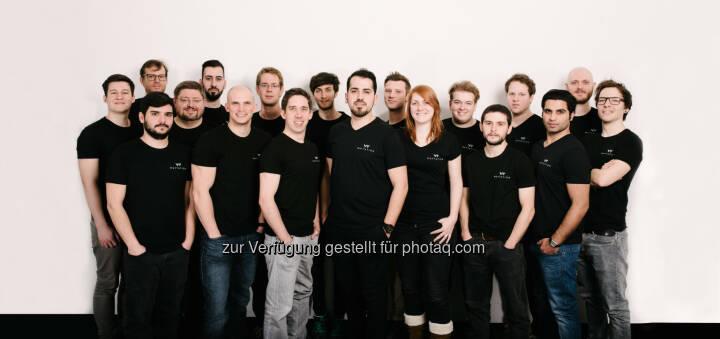 Das waytation-Team um die Gründer Florian Bräuer (8. von links) und Cemsit Yelgin (10. von links) freut sich über ein Investment von Hansi Hansmann, startup300, Johannes Siller und EASL. - Waytation: Startup Waytation holt Investment von Hansi Hansmann und startup300 (Fotocredit: waytation)