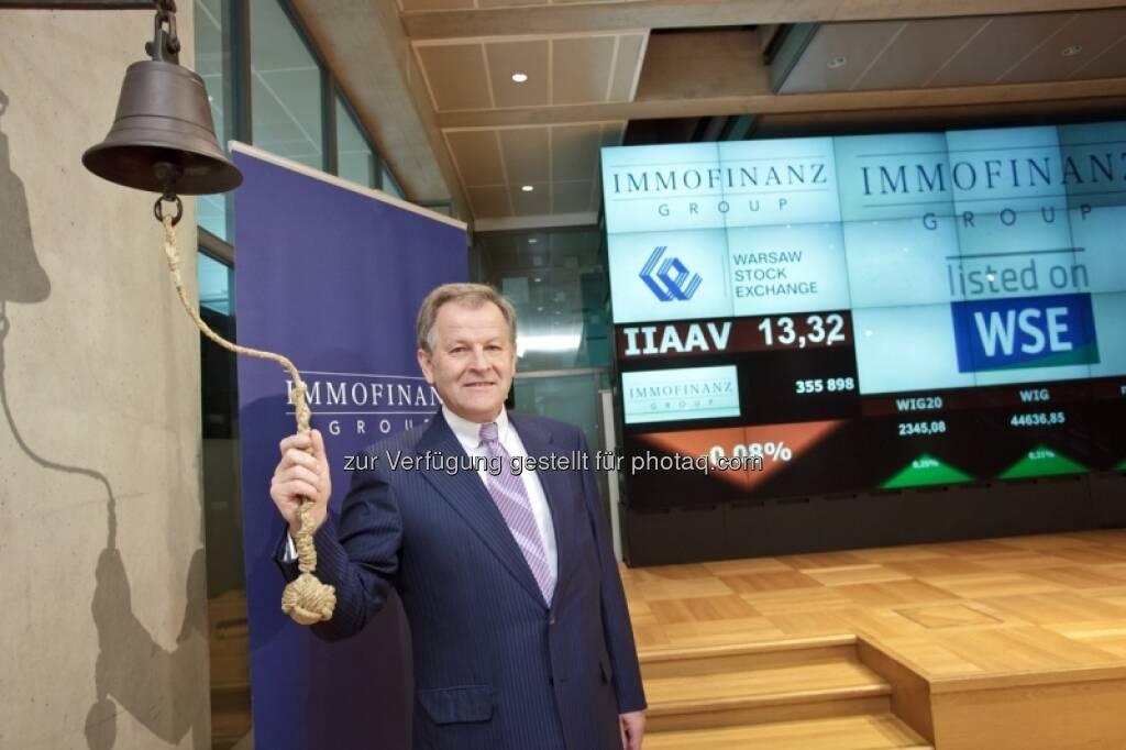 Eduard Zehetner läutet die Börseglocke - Bilder zum Immofinanz-Comeback in Warschau - http://blog.immofinanz.com/de/2013/05/10/immofinanz-in-warschau-ringing-the-bell-und-der-boersenbulle/, © Immofinanz (11.05.2013)