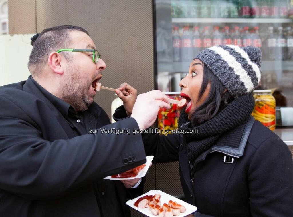 """Ana Milva Gomes mit Thomas Netopilik: W24 - das Wiener Stadtfernsehen: Es geht wieder um die Wurst. W24 und die bz-Wiener Bezirkszeitung servieren geschmackvolle Interviews mit """"Senf oder Ketchup?"""" (C) W24, © Aussendung (15.02.2017)"""