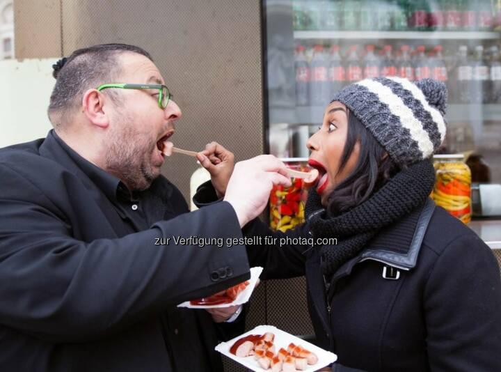 """Ana Milva Gomes mit Thomas Netopilik: W24 - das Wiener Stadtfernsehen: Es geht wieder um die Wurst. W24 und die bz-Wiener Bezirkszeitung servieren geschmackvolle Interviews mit """"Senf oder Ketchup?"""" (C) W24"""