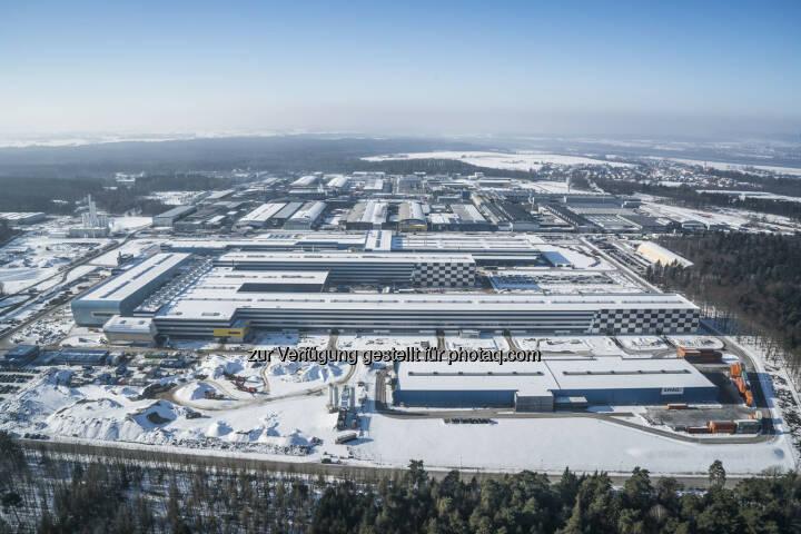 Mit der Standorterweiterung in Ranshofen baut die AMAG ihre Rolle als Innovations- und Wachstumspartner weiter aus. Der Hochlauf des Warmwalzwerks, welches Ende 2014 in Betrieb gegangen ist, wurde im abgelaufenen Geschäftsjahr 2016 erfolgreich fortgesetzt. Die Inbetriebnahme des neuen Kaltwalzwerks wird Mitte des Jahres 2017 erfolgen. - AMAG Austria Metall AG: AMAG Austria Metall AG / Deutliche Ergebnissteigerung und Rekordabsatz im Geschäftsjahr 2016 (mit Bild) (Fotocredit: AMAG)