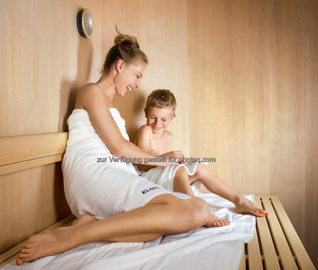 """Aufgrund des Wärmemechanismus, der bei Kindern genauso ausgebildet ist wie bei Erwachsenen, hat ein Saunabad bei Kindern den gleichen positiven Effekt wie bei den """"Großen"""". Das Saunieren tut den """"Kleinen"""" sogar ausgesprochen gut. - KLAFS GmbH: Wie Eltern ihre Kinder richtig an die Sauna heranführen und einen gesunden Lebensstil vermitteln können (Fotocredit: Klafs), © Aussender (28.02.2017)"""