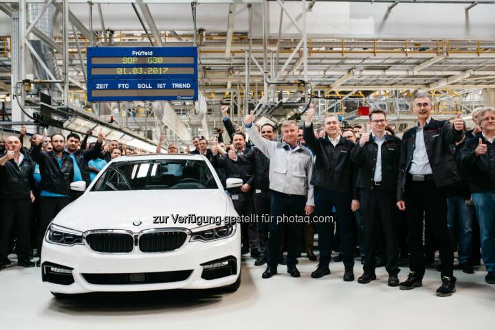 Mit der neuen BMW 5er Reihe startet die weltweit erfolgreichste Business-Limousine in die siebte Modellgeneration. +++ Neben dem BMW Group Werk im bayerischen Dingolfing wird das Modell auch in Österreich bei Magna Steyr in Graz für den Weltmarkt gebaut. +++ Ein Großteil wird darüber hinaus auch mit einem hocheffizienten Motor aus dem weltgrößten Motorenwerk des Konzerns im oberösterreichischen Steyr unterwegs sein. - BMW Group in Österreich: Produktionsstart des wahrscheinlich wichtigsten Autos Österreichs: der erste BMW 5er lief in Graz vom Band. (Fotocredit: © BMW AG)