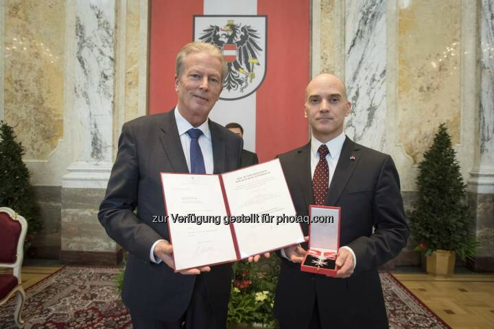 Karoly Pataki, MBA (51) erhielt vom Bundesminister für Wissenschaft, Forschung und Wirtschaft, Dr. Reinhold Mitterlehner, das Große Silberne Ehrenzeichen der Republik Österreich für seine Verdienste um den Arbeitsmarkt in Österreich. (Foto: Daniel Trippolt)