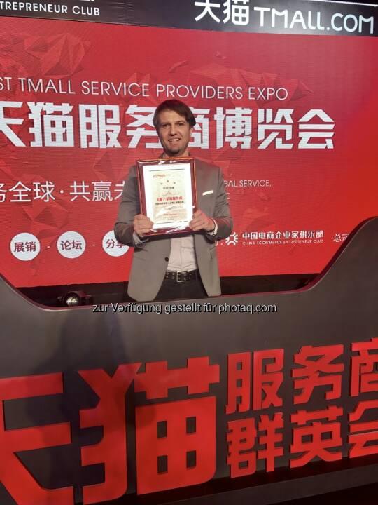 """Georg Godula von Web2Asia bei der Auszeichnung zum """"Star-Rated"""" Tmall Parnter (""""TP"""") im März 2017. - dm drogerie markt GmbH: dm startet Online-Verkauf nach China (Fotocredit: Web2Asia)"""