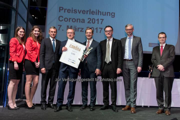 """Robert Machtlinger, Vorstandsvorsitzender der FACC AG (4.v.l.), nimmt mit großer Freude die """"Standort-Corona"""" in Silber in Empfang. Copyright: IV OÖ/Krügl"""