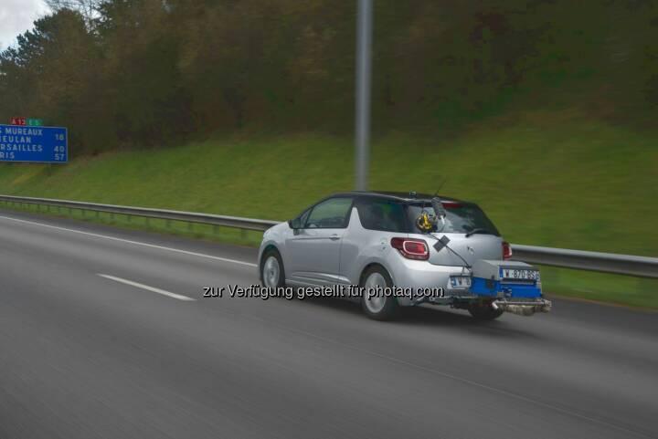 DS 3 mit tragbarem Emissionsmessgeräts - Groupe PSA: Groupe PSA ermittelte Verbrauchswerte unter Realbedingungen für 1.000 Fahrzeugversionen der Marken Peugeot, Citroën und DS Automobiles (Fotocredit: Groupe PSA)