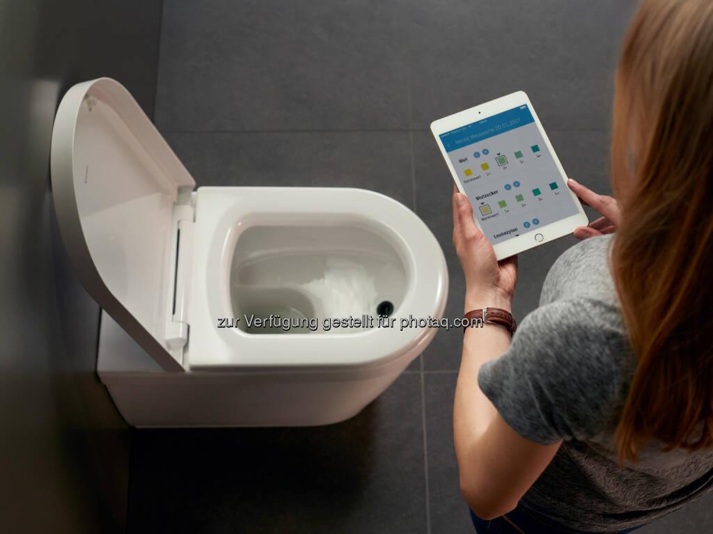 BioTracer: das erste App-gesteuerte WC mit automatischer Urinanalyse. Die digital-vernetzte Toilette misst vollautomatisch und hygienisch zehn wichtige Indikatoren im Urin, die für ein optimales Fitness- und Ernährungsprogramm wichtig sind. Die Analysewerte werden dazu in einer App auf dem Smartphone oder Tablet bereitgestellt und können so für Optimierung der persönlichen Fitness und eine gesunde Lebensweise eingesetzt werden - Duravit AG: Die Toilette der Zukunft: Duravit präsentiert das erste App-gesteuert WC mit automatischer Urinanalyse auf der ISH in Frankfurt (Fotocredit: Duravit AG), © Aussendung (14.03.2017)