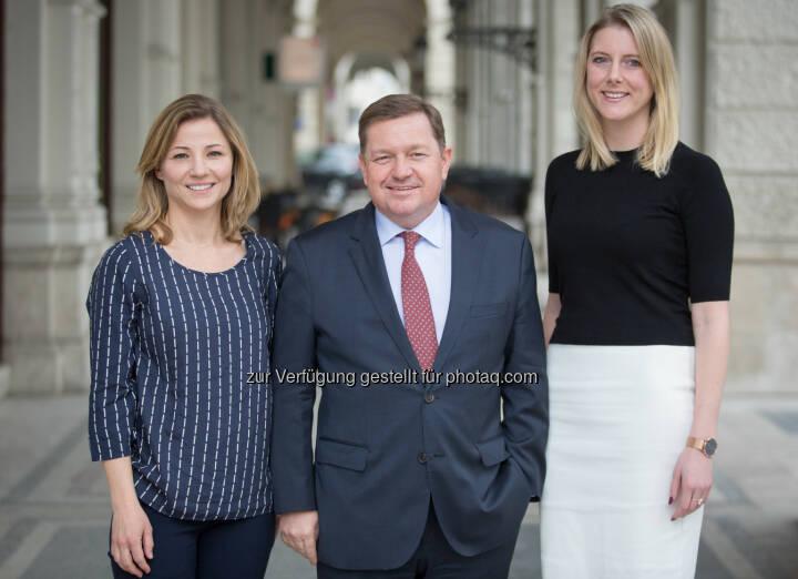 Generalsekretär Werner Amon (Mitte) mit Birgit Ebermann (links) und Kathrin Schriefer (rechts) - ÖVP Bundesparteileitung: ÖVP-Bundespartei: Zwei Frauen mit Führungsaufgaben betraut (Fotocredit: ÖVP/Jakob Glaser)