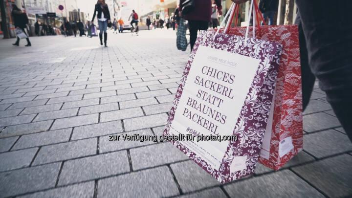 Die #Echtshopper-Tragtasche als visueller Eye-Catcher der Kampagne wird in den nächsten Tagen in vielen Modefachgeschäften an die Kunden verteilt. Echtshopper - steht für echte Einkaufsglücksgefühle, echte Beratung und echte Arbeitsplätze in Wien! - Wirtschaftskammer Wien: WK Wien: Modehandel sagt mit #Echtshopper-Kampagne internationalem Online-Handel den Kampf an (Fotocredit: David Bohmann)