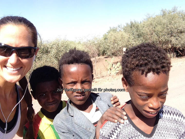 Monika Kalbacher mit Kindern in Äthiopien