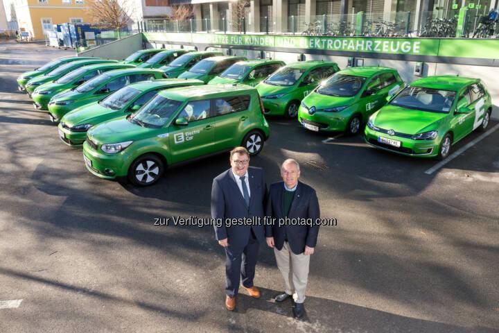 Martin Graf (li.) und Christian Purrer bei der Übernahme der neuen E-Fahrzeuge - Energie Steiermark AG: Flotten-Tausch: 14 neue Elektro-Autos für Energie Steiermark (Fotocredit: Energie Steiermark)