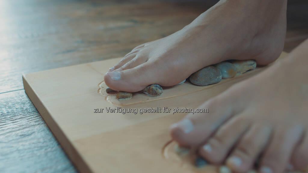 Unser unverwechselbares Massagebrett, das Full Balance PINE & STONE, setzt durch gezieltes Aktivieren spezifischer Fußreflexzonen neue Energien frei - Fuß, Füße - Full Balance GmbH: Reflexologie & die Kraft der Natur (Fotocredit:Full Balance GmbH), © Aussender (31.03.2017)