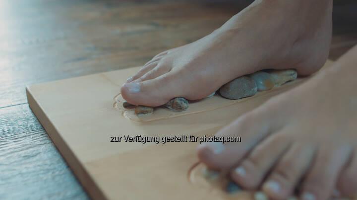 Unser unverwechselbares Massagebrett, das Full Balance PINE & STONE, setzt durch gezieltes Aktivieren spezifischer Fußreflexzonen neue Energien frei - Fuß, Füße - Full Balance GmbH: Reflexologie & die Kraft der Natur (Fotocredit:Full Balance GmbH)