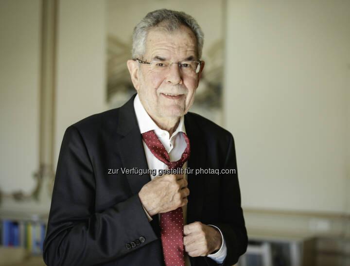 Bundespräsident Dr. Alexander Van der Bellen zeigt sich mit lockerer Krawatte solidarisch. - Österreichische Krebshilfe: Mit lockerer Krawatte zur Prostatakrebs-Vorsorge (Fotograf: Carina Karlovits / Fotocredit: HBF)