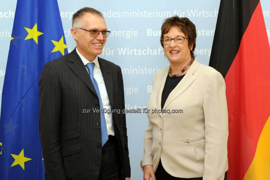 Carlos Tavares (l.) und Brigitte Zypries (r.) - Groupe PSA: Groupe PSA / Opel/Vauxhall - Gespräch im deutschen Bundesministerium für Wirtschaft und Energie (Fotocredit: Groupe PSA), © Aussender (06.04.2017)