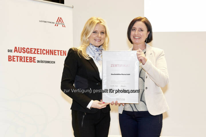 "Geschäftsführerin der Leitbetriebe Austria, Mag. Monica Rintersbacher (li.) und Mag. Barbara Masser-Mayerl (re.), GSK Communications Manager. - GlaxoSmithKline Pharma GmbH: GlaxoSmithKline Österreich erneut als ""Leitbetrieb Austria"" zertifiziert (Fotocredit: Sabine Klimpt)"