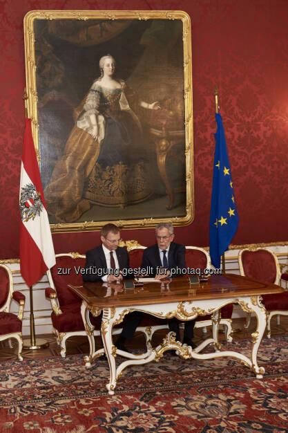 Thomas Stelzer, Bundespräsident Alexander Van der Bellen, Angelobung Thomas Stelzer - Landeshauptmann OÖ (Bild: Michael Rausch-Schott), © Aussender (08.04.2017)