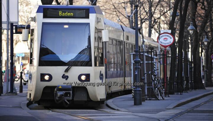 Die Badner Bahn verbindet als bundesländerübergreifende Regionalbahn die Stadtzentren von Wien und Baden - Wiener Lokalbahnen: Fahrgast-Rekord: 12,5 Millionen Menschen waren 2016 mit Badner Bahn unterwegs (Fotocredit: WLB / Johannes Zinner)