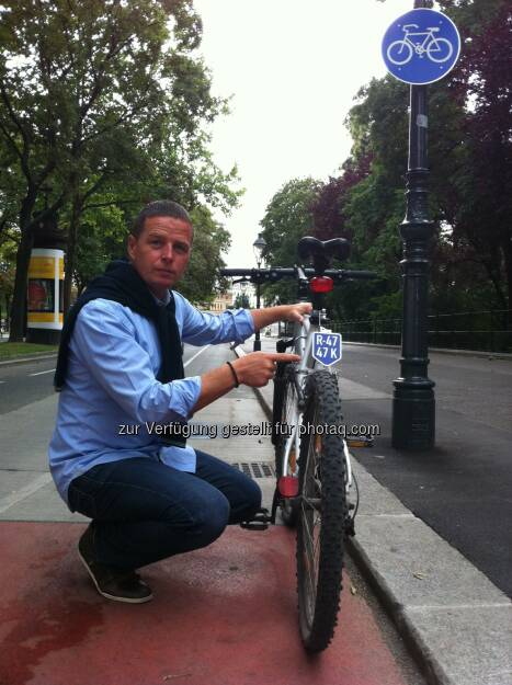 FPÖ-Verkehrssprecher Stadtrat Toni Mahdalik mit Fahrrad-Nummerntaferl - FPÖ Wien: FP-Mahdalik: SPÖ, Grüne und ÖVP haben Nummerntaferln für Fahrräder stets abgelehnt (Fotograf: Luke Mahdalik / Fotocredit: FPÖ-Wien), © Aussender (11.04.2017)