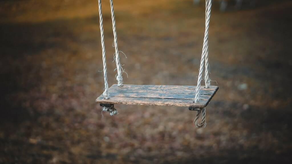 Schaukel, Swing, schaukeln (Bild: Pixabay/qimono https://pixabay.com/de/schaukel-spielen-kindheit-spaß-1350654/ ) (13.04.2017)