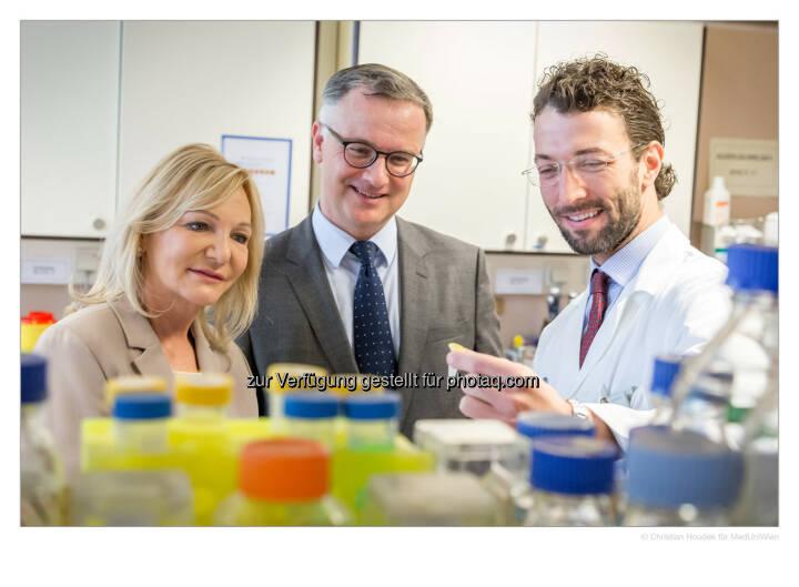 Ingrid Flick mit Rektor Markus Müller und Heinrich Husslein - Medizinische Universität Wien: Vielversprechender Biomarker zur Diagnose von Endometriose identifiziert (Bild: MedUni Wien/Houdek)