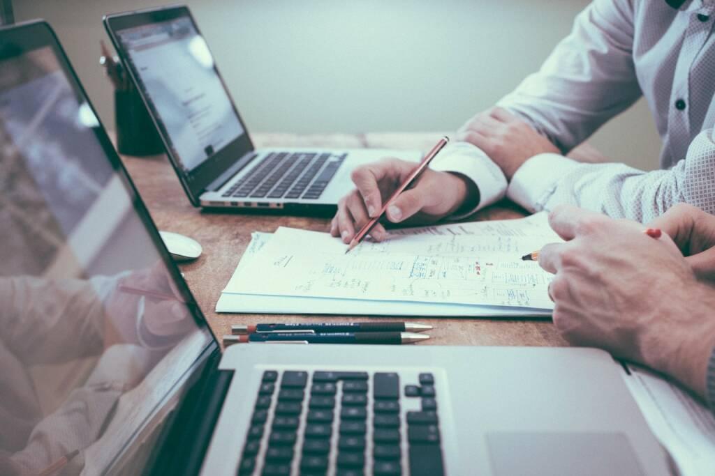 Tipp, Beratung, Büro, Empfehlung, Empfehlen, Ausfüllen, Studieren, Nachdenken (Bild: Pixabay/Unsplash https://pixabay.com/de/büro-zwei-personen-geschäft-team-1209640/ ) (21.04.2017)