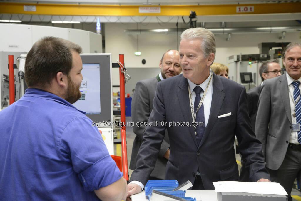 Bundesministerium für Wissenschaft, Forschung und Wirtschaft: Mitterlehner besuchte EV-Group: Innovationskraft sichert Arbeitsplätze (Bild: BMWFW/EV-Group), © Aussender (21.04.2017)