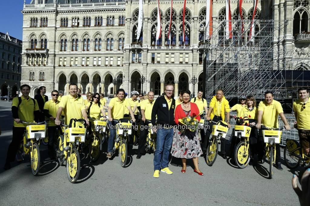 Raiffeisen Fahrradtruppe zum Start des Yellow Day bei Vizebürgermeisterin Renate Brauner (Foto: Roland Rudolph, RLB NÖ-Wien) (15.05.2013)