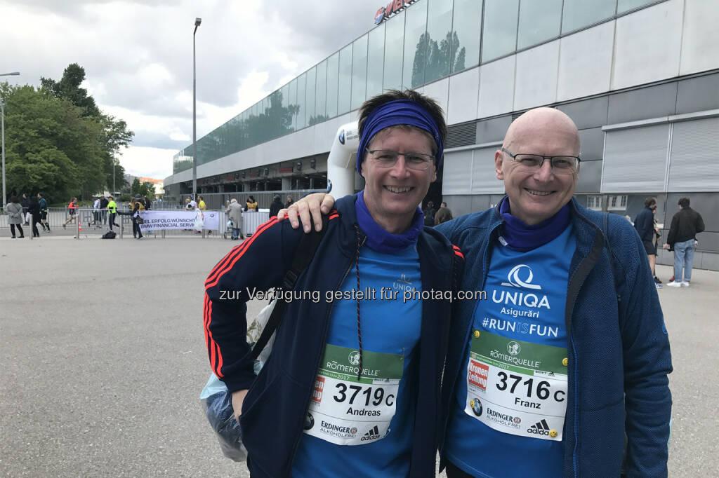 Uniqa Staffel-Teams beim Vienna City Marathon. Andreas Kößl (Vorstand Uniqa Österreich & International) und Franz Weiler (CEO Uniqa Rumänien) - Uniqa VitalCoach gibt Tipps: So erholen sich Läufer schneller nach einem Wettbewerb (Bild: Carolina Burger/Uniqa), © Aussender (24.04.2017)