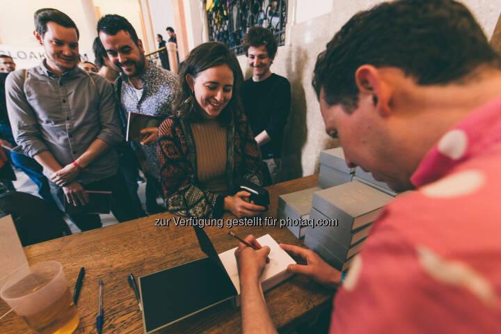 Großer Andrang bei der Signierstunde von UK Illustrator Mr Bingo - Forward Creatives OG: Forward Festival: 40 Speaker und 3.000 Besucher bei Österreichs größter Kreativkonferenz - vergangenes Wochenende im MAK (Fotocredit: @jmvotography)